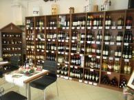 """A hagyományos termékek üzlete, a finom borok háza, a székelyudvarhelyi """"RégiJó"""" bolt. Mint nevünk is jelzi, olyan üzletet szerettünk volna elindítani, amelyben vásárlóink megtalálják a régi hagyományos termékeket, amelyek természetesen finomak és jók. A boltunk pedig berendezésében is követi az ilyen típusú kis delikátesz üzletek hangulatát."""