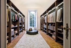 Today we have rounded up 21 extraordinary, elegant and gorgeous walk-in closet designs that are pretty spacious and sure look luxurious.