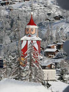 The tower of the church of Saint Nicholas in the village of St. Niklaus. Switzerland | Der grösste Nikolaus der Welt: Der Kirchturm des Dorfes St. Niklaus im Wallis verwandelt sich in einen Nikolaus. |