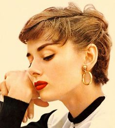Audrey Hepburn, style and glamour Style Audrey Hepburn, Audrey Hepburn Makeup, Audrey Hepburn Hairstyles, Audrey Hepburn Fashion, Audrey Hepburn Bangs, Audrey Hepburn Givenchy, Sabrina Audrey Hepburn, Actrices Hollywood, Classic Beauty
