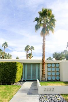 All about mid-century architecture and the most gorgeous Palm Springs landscapes Palm Springs Houses, Palm Springs Style, Modern Landscape Design, Modern Landscaping, Contemporary Landscape, Farm Landscaping, Palm Desert, Palm Beach, Palm Springs Mid Century Modern