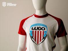 T-Shirt Brook Blanca/Roja  La camiseta T-Shirt Brook Blanca/Roja del Club Deportivo Lugo es de alta calidad, unisex, bicolor con manga reglan y apertura lateral en el cuello, 100% algodón, peinado y pre-encogido en punto liso.    Esta camiseta es serigrafiada en la parte central del pecho con el escudo del Club Deportivo Lugo en sus respectivos colores, azul, blanco, negro y rojo. En la espaldaen la parte de la nuca el mismo escudo en rojo. Lugano, Unisex, Manga, T Shirt, Tops, Center Part, Black White, Blue, Aperture