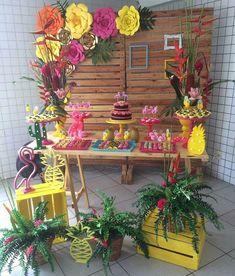 La imagen puede contener: planta y flor Moana Birthday Party, Hawaiian Birthday, Luau Birthday, Flamingo Party, Flamingo Birthday, Tiki Party, Luau Party, Hawaiian Party Decorations, Birthday Decorations