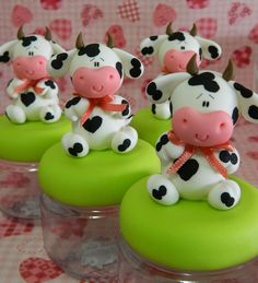 Fazendinha Rosa by Rafa Pereira, cow jars Fimo Polymer Clay, Polymer Clay Animals, Polymer Clay Projects, Polymer Clay Creations, Cow Cakes, Clay Jar, Clay Figurine, Decorated Jars, Fondant Figures