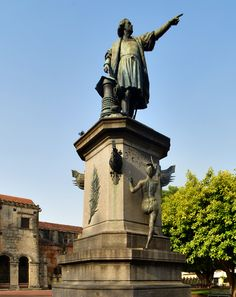 Another photograph of the Colon statue in Parque Colon.