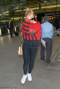 Margot Robbie appeared to have come over all coy as she hid her left hand - and ring finger - under an oversized hoodie as she stepped arrived at London's Heathrow Airport on Friday Margot Robbie Style, Actress Margot Robbie, Margrot Robbie, Planet Hollywood, Stunning Girls, Festival Looks, Airport Style, Casual Street Style, Harley Quinn