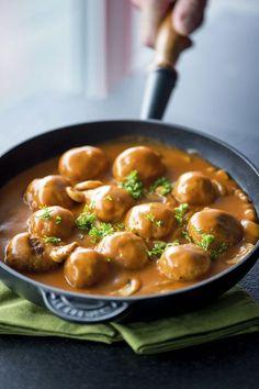1. Meng het gehakt met de eieren, mosterd en voldoende paneermeel om een vaste massa te bekomen. Rol mooie ronde balletjes van 3 cm grootte. 2. Smelt een klontje boter in de pan en bak de gehaktballetjes aan alle kanten bruin.