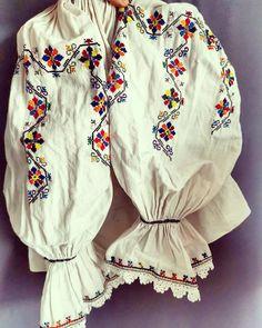 Valea Ariesului Pentru fetite sau persoane minione. 650 lei Folk Embroidery, Machine Embroidery, Embroidery Designs, Folk Costume, Costumes, Minion, Ukraine, Bohemian, Insomnia