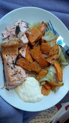 #thenanibear  Salmon sweet potato and onion all baked in the oven. I put a tablespoon of bearnaise sause on there aswell. It is friday after all ;) 420 kcal for this portion!  Enter to win a Cuisinart Cookware Set