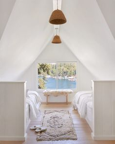 California Style, Epitomized: An Airy Lakeside House Redone by Jenni Kayne - Remodelista - California Style, Epitomized: An Airy Lakeside House Redone by Jenni Kayne – Remodelista Source by bomisch - Lakes In California, California Cool, Houses In California, California Fashion, Home Bedroom, Kids Bedroom, Style Californien, White Wash Fireplace, Haus Am See