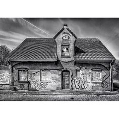 Warhole Biting Bitch! B&W  #doel #antwerpen #belgium #belgie #wonderful_holland #superhubs #dutch_connextion #ig_nederland #wanderlust #igersholland #holland_photolovers #picture_to_keep #ig_discover_holland #graffiti #graffitiart #graffitiigers by robmenting