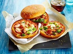 Pizzaburgare Salmon Burgers, Healthy Recipes, Healthy Food, Pizza, Baking, Ethnic Recipes, Red Peppers, Health Recipes, Health Foods