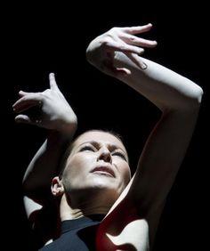 Este es Sara Baras y ella tiene los manos de una bailariena