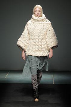 Jersey de punto grueso de Miriam Ponsa. Foto: Cortesía de la 080 Barcelona Fashion / Qué chalequito más ricoooo
