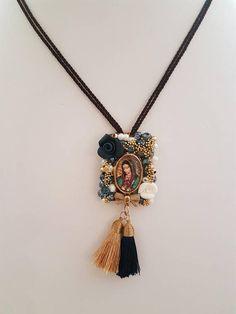 Hermoso Escapulario de la Virgen de Guadalupe decorado. Escapulario marrón Bordado en cristales milagros y mucho amor. Materiales: Borlas Cordon, Critales y Metal Colores: Piedras Multicolor