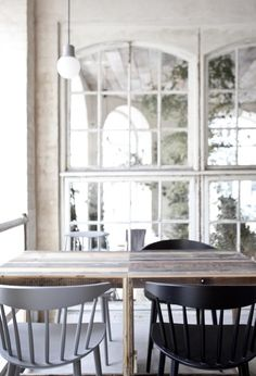 Forskellige FDB (?) tremmestole i sort, hvid og grå og skillevæg af gamle vinduer i oldefars gamle lokaler :-) COPENHAGEN'S NEW NORDIC RESTAURANT, HOST | eternal optimist