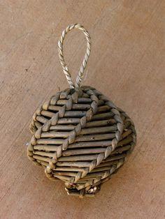 Hanging Swirly Ball Straw Weaving, Inkle Weaving, Paper Weaving, Weaving Art, Basket Weaving, Newspaper Basket, Newspaper Crafts, Corn Dolly, Deco Kids