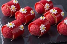 新ペストリーシェフのオリジナルメニューで贈る! ヒルトン東京が今年もストロベリーデザートフェアを開催。 ( page 4 ) | VOGUE Individual Desserts, Small Desserts, Fancy Desserts, Fancy Cakes, Cute Cakes, Pastry Recipes, Dessert Recipes, Sweets Catalog, Beautiful Desserts