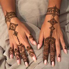 """Moroccan Henna designs. 1,095 Likes, 41 Comments - Samia - ZMN (@artsofzaman) on Instagram: """"Moroccan vibzzzz ✋ • Je voudrais remercier mon voile de m'avoir donné de quoi faire un si beau…"""""""