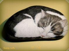 Portrait du chat de Félix. Peinture acrylique sur pierre www.galets-peints.fr