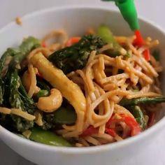 6,689 vind-ik-leuks, 125 reacties - Let's Cook Vegan™ Videos 🎥 (@letscookvegan.videos) op Instagram: 'Crunchy nut noodles by @bosh.tv 🍜😍💛 enjoy! #veganfoodvideos'
