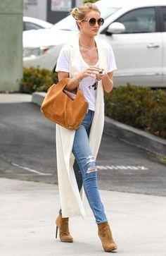 Rosie Huntington-Whiteley com Calça Jeans e T-shirt