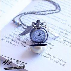Piéce unique inspirée d'Harry Potter. Ce sautoir est composé d'un pendentif montre, de deux breloques ailes et de trois perles. Il s'agit d'unemontre qui fonctionne réellement. LIVRAISON GRATUITE.