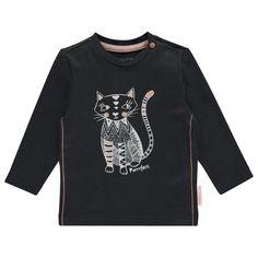 Das Langarmshirt Vedro ist aus weichem Jersey hergestellt, hat einen niedlichen Katzenaufdruck und Ziernähte in Kontrastfarbe. Die Druckknöpfe am Rundhalsausschnitt erleichtern das An- und Ausziehen. erhältlich in den Größen 62 - 80 statt € 16,99 um nur € 10,99 NUR SOLANGE DER VORRAT REICHT! T Shirt, Graphic Sweatshirt, Pulls, Arm, Sweatshirts, Tees, Long Sleeve, Sweaters, Clothes