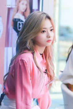 Your number one Asian Entertainment community forum! Kpop Girl Groups, Korean Girl Groups, Kpop Girls, Ulzzang Hair, Ulzzang Korean Girl, Girl Korea, Asia Girl, Cute Girls, Cool Girl