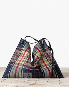 Новая коллекция сумок Celine осень-зима 2013-2014. В ней представлен большой выбор разнообразных по форме, размеру и стилю сумок, выполненных из телячьей и змеиной кожи, замши, текстиля, шерсти, меха и овчины. Что же касается