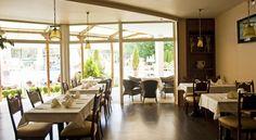 Напитки се сервират в бара. Рецепцията на Гранд хотел Оазис работи денонощно. За 4 минути пеша гостите могат да стигнат до главната улица на морския курорт с много барове, ресторанти и супермаркети. Хотелът е на 600 м от аквапарк Екшън и на 750 м от централната автогара.
