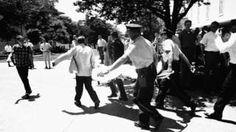 Image copyright                  AP Image caption                                      El tiroteo en la Universidad de Texas derivó en la creación de los equipos de asalto SWAT en Estados Unidos.                                Minutos antes del mediodía del 1° de agosto de 1966 la tranquilidad de un día de verano en la Universidad de Texas, en Estados Unidos, fue interrumpido por el sonido de un disparo. Y luego por otro. Y otro. Y otros