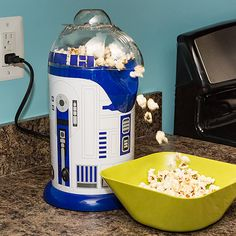 If you love, light and fluffy air-popped popcorn, then this is the droid you are looking for! The Popcorn Maker blows out fluffy, healthy popcorn for consumption during all your favorite films. Cocina Star Wars, Decoracion Star Wars, Star Wars Kitchen, Air Popcorn Maker, Air Popper, Take My Money, Star Wars Gifts, Star Wars Party, Love Stars