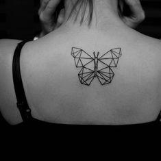 Rücken Tattoo, Schmetterling aus Dreiecken, weibliche Tattoo Motive für Damen mit Stil