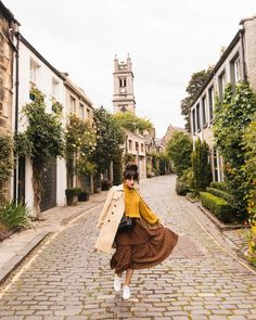 Circus Lane: The Colorful Sights of Edinburgh, Scotland – New Darlings – european travel outfit summer Travel Outfit Summer, Summer Outfits, Travel Outfits, Summer Ootd, Trendy Outfits, Summer Dresses, Edinburgh Winter, Edinburgh Travel, Visit Edinburgh