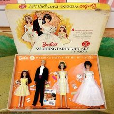 1963 Vintage Barbie Wedding Party Gift Set 1017 - Skipper (Flower Girl), Ken (Tuxedo Fashion), Barbie (Bride's Dream Fashion) and Midge (Bridesmaid) - comes in variety of hair colors - Mattel - with original box Play Barbie, Barbie Skipper, Mattel, Barbie And Ken, Barbie Stuff, Vintage Barbie Clothes, Vintage Dolls, Barbie Family, Barbie Wedding