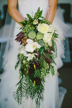 Tropical bohemian bouquet with cascading greenery | Image by Natasja Kremers