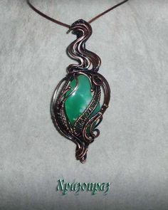 Кулон с хризопразом выполнен из патинированной меди в технике wire wrap. Chrysoprase pendant made of patinated copper in wire wrap technique.