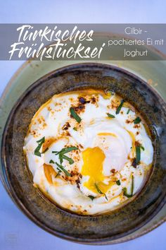 Recipe: Cilbir - Turkish eggs for breakfast - gernekochen.de - Poached eggs and dressed yogurt: this is how a day can start. This is exactly what Cilbir is, a bre - Egg Recipes, Salad Recipes, Chicory Salad, Turkish Eggs, Vegetable Cake, Turkish Breakfast, Deviled Eggs Recipe, Yogurt, Different Vegetables