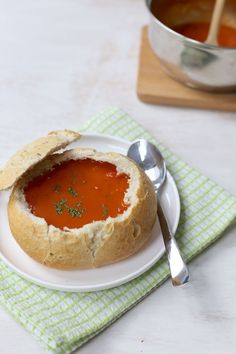 Soep in een broodje - een lekker en makkelijk kerst voorgerecht | kerst voorgerecht soep #kerstrecept #soep #koken #kerstrecept2018 #kerstdiner #christmasdiner #ideas #ideeën #tomatensoep