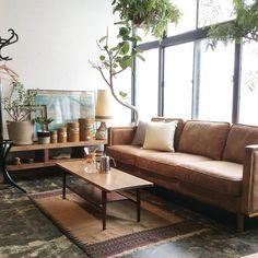 少し黄味がかったヌメ革の色合いと、張り包み部分のスタッズや肘のウッドフレームがポイントとなり、ヴィンテージ家具のような雰囲気を漂わせているGLOOM SOFA。 古材家具とも合わせやすいです^ ^