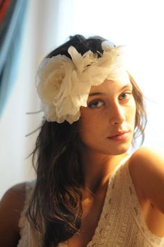 Tendances mariée - fleurs tissu. / Bride tendencie : flower in the hair.