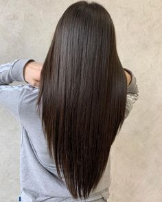 17 V-Cut on Long Hair Ideas Trending in 2020 for That V Shape Look Itching for a trim but don't wanna lose your length? Take a plunge into this très flirty chic haircut. Long Hair V Cut, Haircuts For Long Hair Straight, Long Straight Layered Hair, Layers For Long Hair, Hair Layers, V Haircut With Layers, Long Hair Haircuts, Cute Long Haircuts, Long Hair Trim