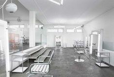 Christoph Tomann_Frikos Friseureinrichtung Barbershop Design, Retail Interior Design, White Lab, Layout, White Shop, Barber Shop, Color Schemes, Minimalism, Chair