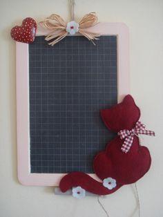 Era ormai da tempo che avevo voglia di realizzare una lavagnetta;ero indecisa su come realizzarla ma oggi eccola qua.Mi sono appassionata al... Xmas Crafts, Craft Stick Crafts, Diy Crafts, Felt Crafts Patterns, Fabric Crafts, Handmade Felt, Handmade Crafts, Shots Ideas, Christmas Stockings