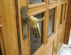 Creepy looking door knob that looks like a hand, when you use it it feels like you're shaking the door's hand. Front Door Handles, Knobs And Handles, Front Doors, Door Pulls, Cool Doors, Unique Doors, Door Knobs And Knockers, Boho Home, Bohemian Homes