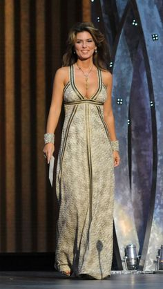 To celebrate the country queen's birthday (Aug. let's take a look back at some of Shania Twain's best-dressed moments. Top Celebrities, Beautiful Celebrities, Most Beautiful Women, Beautiful People, Celebs, Shania Twain Pictures, Country Female Singers, Jenifer Aniston, Famous Women