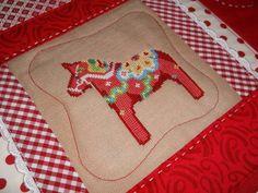 Dala horse pad http://sztukaoswojona.blogspot.com/2013/01/podkadka-z-konikiem-dala.html