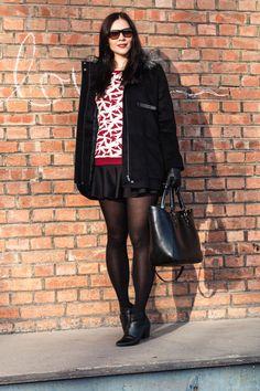 Kleidermädchen zeigt ein Outfit in Rot und Schwarz. Sie kombiniert einen Schwarzen Rock von H&M mit einem Strick-Pullover von Vila. Dazu trägt sie schwarze Ankle Boots Von Zign.
