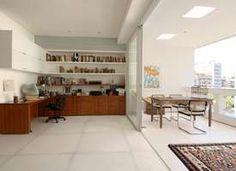 No projeto de Sabrina Baukelmann Matar, tudo branco, para dar uma ideia de amplitude. A bancada serve como mesa e acomoda duas pessoas sem aperto. Informações: (11) 5521-2592 Foto: Sabrina Baukelmann Matar Arquitetura